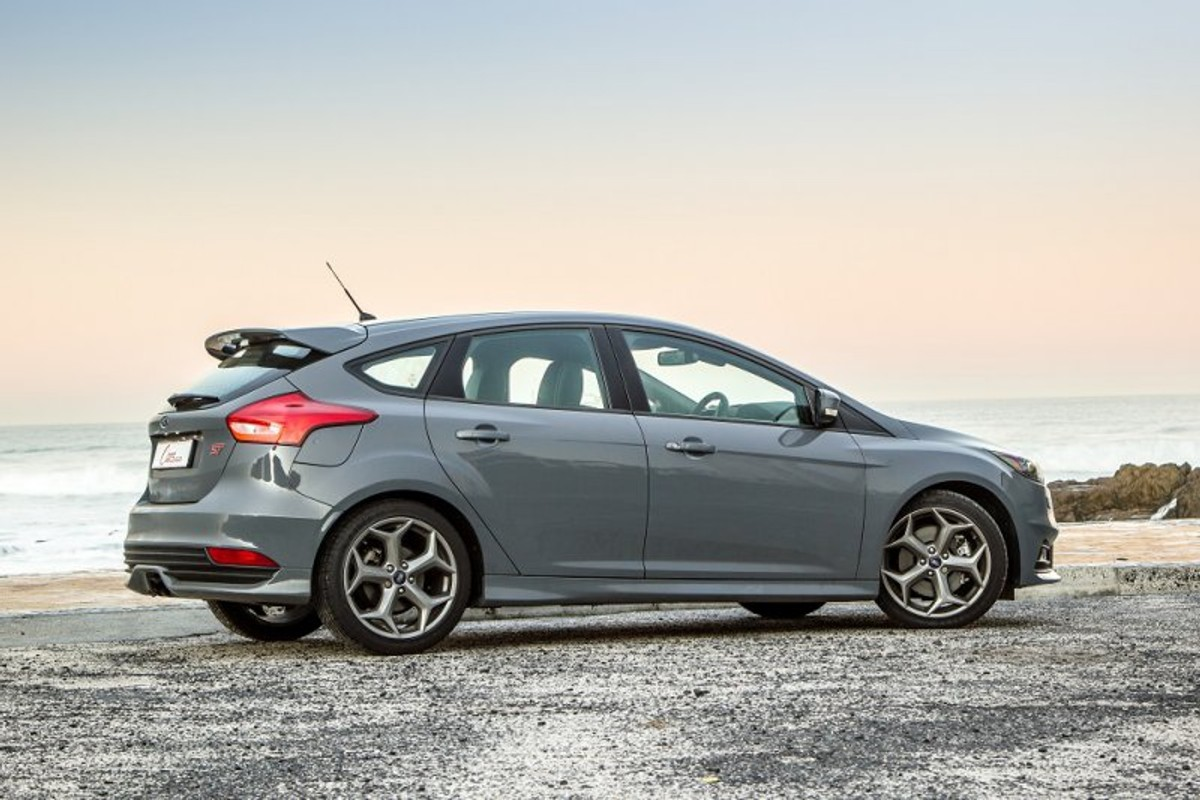 We spent a week with the facelifted ford focus st in st 3 guise can it match the best hot hatches in the segment