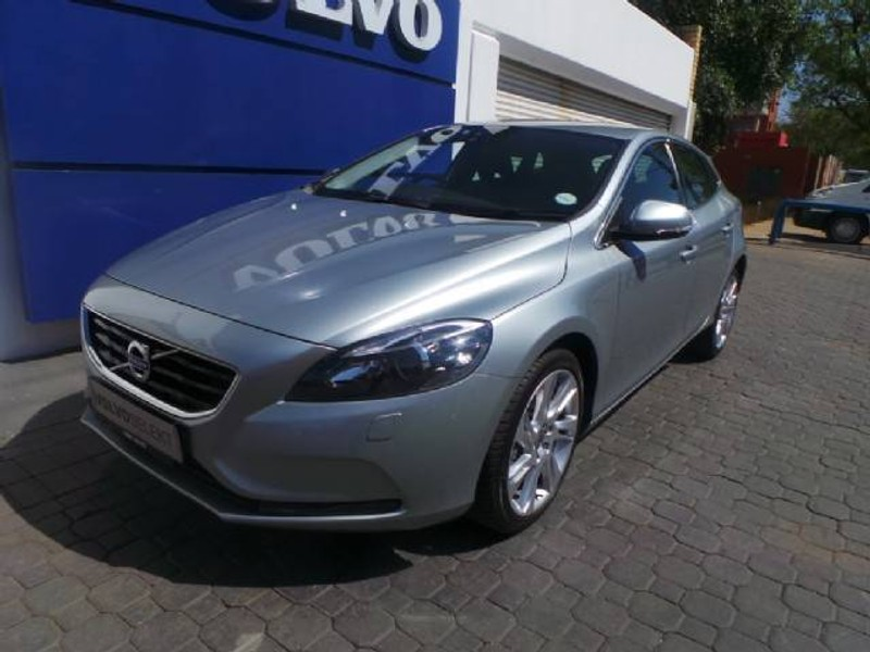 used volvo v40 t3 momentum for sale in gauteng id 1656988. Black Bedroom Furniture Sets. Home Design Ideas