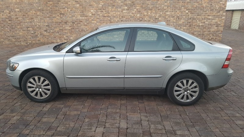 used volvo s40 2 4i m t stunning vehicle give away price. Black Bedroom Furniture Sets. Home Design Ideas