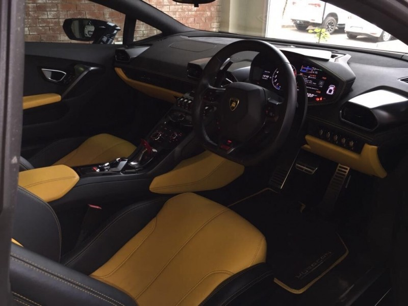 used lamborghini huracan still new 5000kms black with yellow interior for sale in kwazulu natal. Black Bedroom Furniture Sets. Home Design Ideas