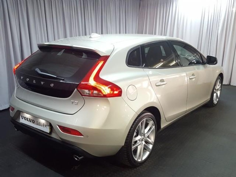 used volvo v40 t3 momentum for sale in gauteng id 2541346. Black Bedroom Furniture Sets. Home Design Ideas